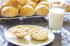 Piec babeczki, chleb i szkło mleko i Zdjęcia Stock