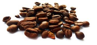 Piec brąz kawowe fasole, ziarna odizolowywający i zdjęcie stock