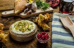 Piec Camembert z czosnkiem & rozmarynami obrazy stock