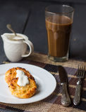 Piec cheesecakes z kwaśną śmietanką, śniadanie Zdjęcie Royalty Free