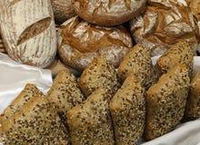 Piec chlebów kawałki robić z całą pszeniczną mąką, ziarna i cer Zdjęcie Stock