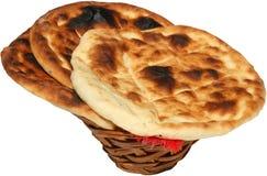 Piec chleb słuzyć w tradycyjnym koszu Zdjęcie Stock
