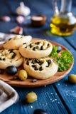 Piec chlebowe rolki z oliwkami i czosnkiem Zdjęcia Royalty Free