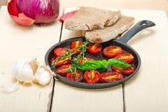 Piec czereśniowi pomidory z basilem i macierzanką Obrazy Stock