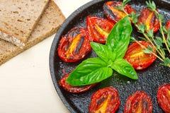 Piec czereśniowi pomidory z basilem i macierzanką Zdjęcia Royalty Free