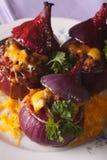 Piec czerwona cebula z mięsa, warzyw i cheddaru sera zakończeniem, Fotografia Royalty Free