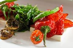 Piec czerwony słodki pieprz z czereśniowymi pomidorami i zielony pieprz dalej Obraz Royalty Free