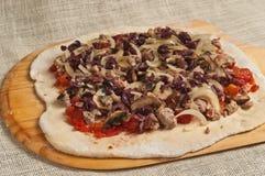 Piec domowej roboty pizza, rozprzestrzeniać organicznie na staczającym się out organicznie cieście 10 Zdjęcie Stock