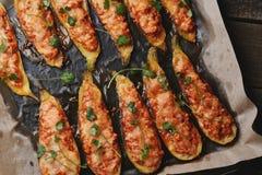 Piec faszerował zucchini łodzie Zucchini faszerował z mięsem, warzywami, serem i pietruszką, pojęcia zdrowe jedzenie Zucchini łod zdjęcie royalty free