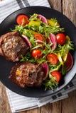 Piec gorącego jagnięcego stku i świeżego warzywa sałatkowy zakończenie na p Zdjęcia Royalty Free