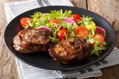 Piec gorącego jagnięcego stku i świeżego warzywa sałatkowy zakończenie na p Obraz Royalty Free