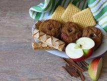 Piec i fress jabłka ciastka i cynamon na wieśniaka stylu dębowego drewna tle, Lekki życiorys organicznie śniadanie obraz stock