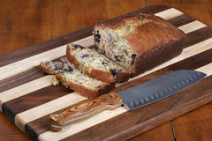Piec i pokrajać bananowy chleb Zdjęcia Royalty Free