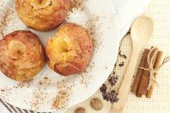 Piec jabłka na bielu talerzu na stole Odgórny widok Zdjęcia Royalty Free