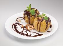 Piec jabłka na talerzu odizolowywającym na białym tle Obraz Royalty Free