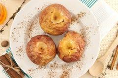 Piec jabłka w bielu talerzu na stole Odgórny widok Zdjęcie Royalty Free