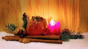 Piec jabłko z Bożenarodzeniową dekoracją i bieżącym miodem zbiory wideo
