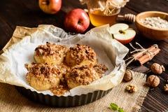 Piec jabłko z oatmeal, orzechami włoskimi, miodem i cynamonem, zdjęcia royalty free