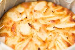 Piec jabłczany kulebiak w foremce Obrazy Royalty Free