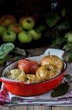 Piec jabłka w metal formie zdjęcia stock