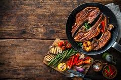 Piec jagnięcy mięso z warzywami na grill niecce Zdjęcia Royalty Free