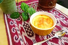 Piec jajeczny custard, cynamonu wierzchołek obraz stock