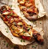 Piec Jarska kanapka z Ciabatta chlebem nakrywającym z piec na grillu warzywami, uwędzonym baranim serem i świeżą macierzanką, Fotografia Stock
