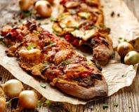 Piec Jarska kanapka z Ciabatta chlebem nakrywającym z piec na grillu warzywami, uwędzonym baranim serem i świeżą macierzanką, Obraz Royalty Free
