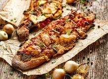 Piec Jarska kanapka z Ciabatta chlebem nakrywającym z piec na grillu warzywami, uwędzonym baranim serem i świeżą macierzanką, Zdjęcie Royalty Free