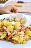 piec jedzący baleronu patatoes ludzi tradycyjnych Zdjęcie Royalty Free