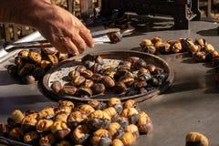 Piec kasztany na grillu dla sprzedaży na ulicie obrazy stock