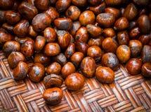 Piec kasztany w burlap torbie na drewnianym tle Zdjęcia Royalty Free