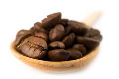 Piec kawa na drewnianej łyżce Fotografia Royalty Free