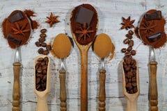 Piec kawa, ziemia, fasole i natychmiastowa kawa na rocznik łyżkach z dodatkiem kawałków, czekolada i pikantność Zdjęcia Stock