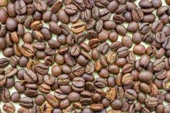 Piec kawowe fasole jako kawowy tło Aromatów składniki Naturalny ranku napój kawa, blisko fasoli fotografia stock