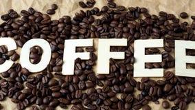 Piec kawowe fasole na brown opakunkowym papierze zbiory