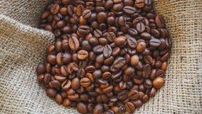 Piec kawowe fasole na burlap tle zbiory
