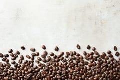 Piec kawowe fasole na popielatym tle z przestrzenią zdjęcie royalty free