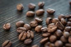 Piec kawowe fasole na starym drewnianym stole Obrazy Royalty Free