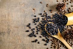 Piec kawowe fasole w brown papierowej torbie na drewnianym stole zdjęcia royalty free