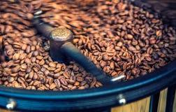Piec Kawowe fasole w Kawowej prażak maszynie fotografia stock