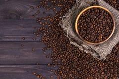 Piec kawowe fasole w pucharze na ciemnym drewnianym tle Obraz Stock
