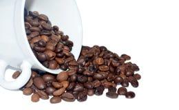 Piec kawowy upadek z białej filiżanki z bliska zdjęcie stock