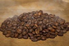 Piec kawowych fasoli kłamstwo na stole obrazy stock