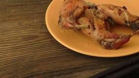 Piec królik iść na piechotę na talerzu na ciemnym drewnianym tle zdjęcie wideo