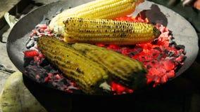 Piec kukurudza na węglach w zmroku zbiory