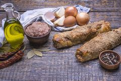 Piec kulebiak z minced mięsem słuzyć z tekstylnym ręcznikiem na drewnianym tle Obrazy Royalty Free