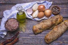 Piec kulebiak z minced mięsem, stewed kapusta, słuzyć z tekstylnym ręcznikiem na drewnianym tle Obraz Royalty Free