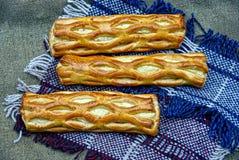 Piec kulebiaki na woolen szaliku Fotografia Royalty Free