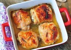 Piec kurczaków uda na drewnianym stole fotografia stock